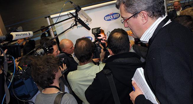 Mark Cavendish omringet af pressen
