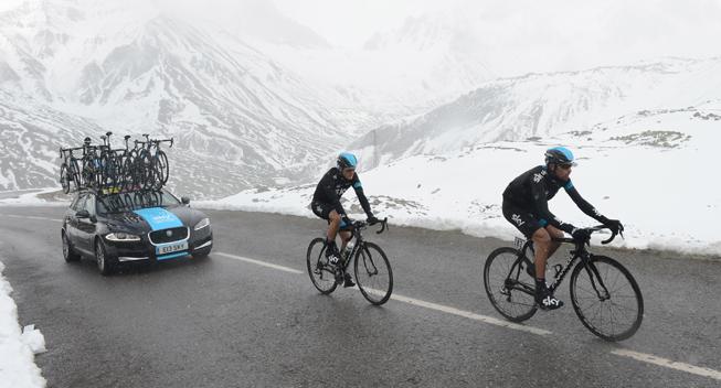 Giro2013 15 etape Team Sky i sneen