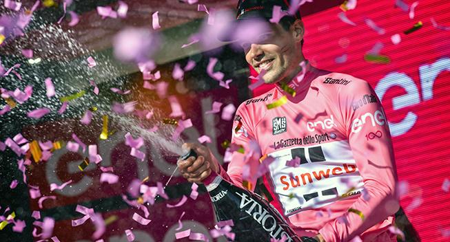 Giro2017 10 etape ITT Tom Dumoulin podiet maglia rosa champagnebrus og konfetti