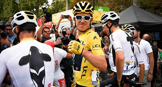 TdF2018 21 etape Geraint Thomas efter etapen med holdkammerater og fotografer