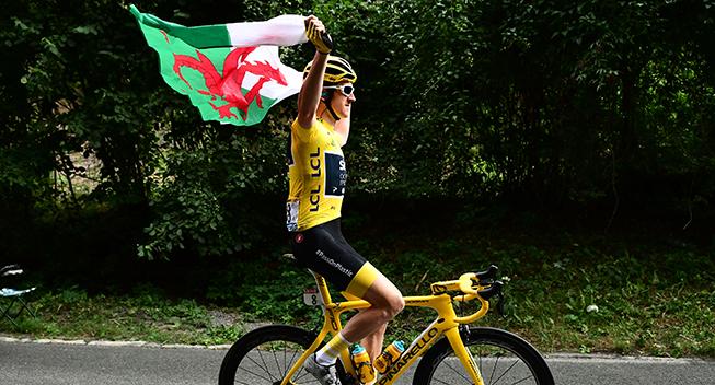 TdF2018 21 etape Geraint Thomas i gult med walisisk flag