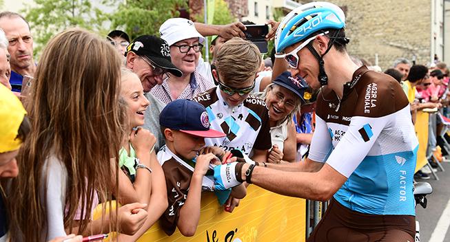 TdF2018 21 etape Romain Bardet skriver autografer