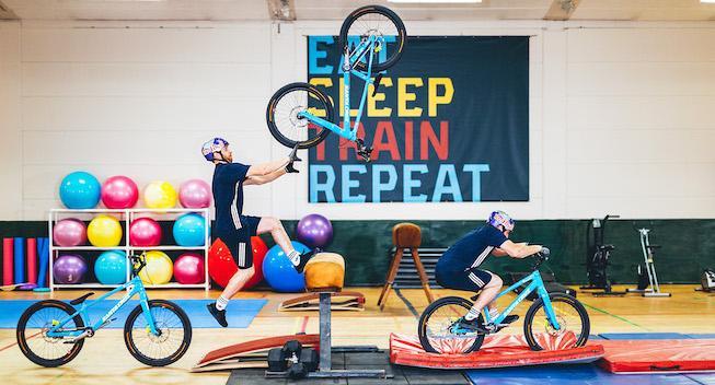 MacAskill gør det igen: MTB-akrobaten i træningscenter