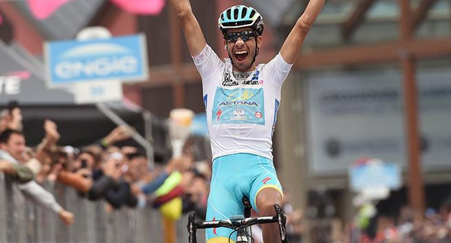 Giro-feber: Populær sejr til Aru i Sestriere