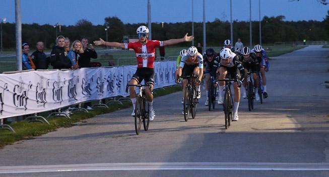Tobias Lund slog eliterytterne til drive in cykelløb
