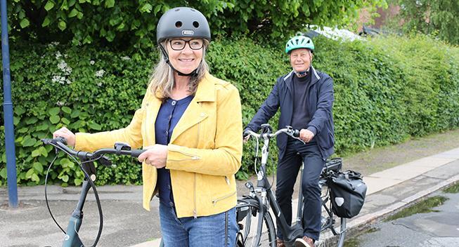 Flere seniorer cykler - og cykelhjelmen bliver mere populær