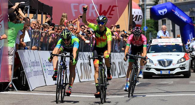 Italiensk trio først i mål i Giroen – Niewiadoma stadig i lyserødt