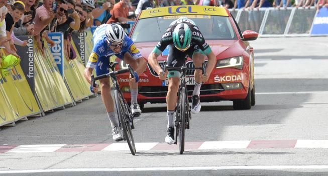 Her ses spurten mellem Julian Alaphilippe og Gregor Mühlberger på 6. etape af Criterium du Dauphiné.
