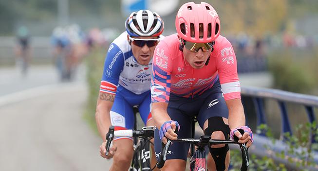EF Pro Cycling-rytter får flænge i skulderen efter styrt på MTB