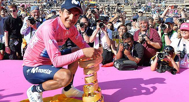 Giro-vinderen ude af Vueltaen efter styrt